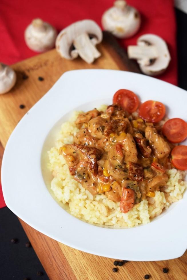 Soczysty kurczak w kremowym sosie z suszonymi pomidorami