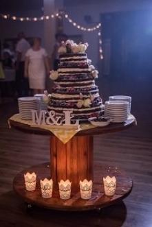 Weselny naked cake! Drewnianą szpulę możecie wypożyczyć na amozewkolorze.pl