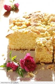 Ciasto drożdżowe z rabarbarem i kruszonką  Składniki na ciasto drożdżowe  1 szklanka mleka 1 szklanka cukru 1 kostka masła (200 g) 4 jajka  1 saszetka (8 g) suszonych drożdży in...