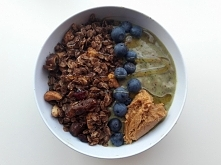 smothie bowl z domową granolą i masłem orzechowym!