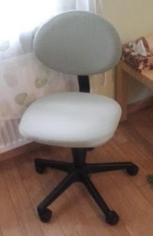 Kawałek materiału (w moim przypadku stary T-shirt), guma i i dziecięce krzesełko do biura jak nowe - tapicerowanie dla każdego :)