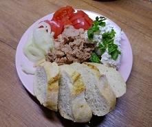 Talerz rozmaitości ;) Tuńczyk , twarożek z bazylią, pomidor i cebula. Na śnia...