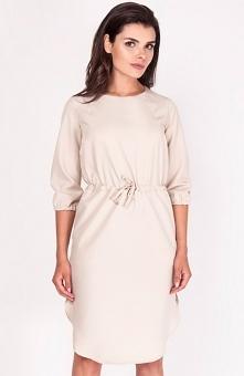 Nommo NA206 sukienka beżowa Komfortowa sukienka, wykonana z jednolitej dzianiny, w talii gumka ze sznurowaniem, rękaw 3/4
