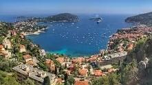 Cannes – położone na Lazurowym Wybrzeżu Cannes jest znane całemu światu ze względu na odbywający się tam corocznie festiwal filmowy, na który zjeżdżają się największe gwiazdy kina.