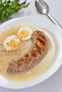 Barszcz biały z grillowaną białą kiełbasą i jajkiem