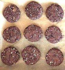 Ciasteczka z ciecierzycy z masłem orzechowym i kakao,