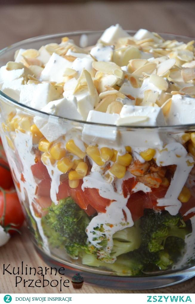 Sałatka warstwowa z brokułem i kurczakiem – Składniki: 1 brokuł 4 pomidory (u mnie śliwkowe) 1 duża pojedyncza pierś z kurczaka (ok. 360g) 1 puszka kukurydzy 1 opakowanie sera typu feta sos czosnkowy (z tego przepisu: sos czosnkowy z ziołami) garść migdałów lub ulubionych nasion (np. słonecznika, dyni itd.) sól, pieprz, papryka słodka w proszku – do smaku olej rzepakowy lub oliwa z oliwek do smażenia
