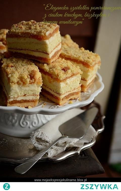 Szarlotka przekładana kremem waniliowym  Składniki na formę 30cm x 35cm: ( moja forma była mniejsza)  Ciasto kruche:      500 g mąki pszennej     200 g cukru pudru     300 g masła     4 żółtka     ziarenka z ½ laski wanilii     szczypta soli   Przesianą mąkę, cukier, sól, masło pokrojone w drobną kostkę, umieścić w misie malaksera, rozdrobnić, dodać ziarenka z wanilii i żółtka. Wysypać rozdrobnione składniki na stolnicę i zagnieść ciasto. Ciasto podzielić na 2 części i umieścić na 30 minut w lodówce. Schłodzoną jedną część ciasta rozwałkować na wielkość formy, ponakłuwać widelcem i wstawić na 15 minut do piekarnika nagrzanego do 180°C, z drugą częścią ciasta postąpić tak samo.  Krem budyniowy:      500 ml mleka 3.2%     3 żółtka     150 g cukru     50 g skrobi kukurydzianej     ziarenka z ½ laski wanilii lub 1 łyżeczka ekstraktu z wanilii   Żółtka utrzeć z cukrem na puszysty, bladożółty krem, dodać skrobię kukurydzianą, wymieszać. Mleko zagotować, dodając ziarenka z połowy wanilii, zdjąć z ognia, wlać stopniowo połowę mleka do żółtek, wymieszać, a następnie zahartowane żółtka przelać z powrotem do pozostałego mleka, postawić na ogień i mieszając doprowadzić do zgęstnienia, nie gotować. Nakryć folią spożywczą, aby nie utworzył się kożuch, wystudzić.  Krem waniliowy chantilly (crema chantilly):      500 g śmietanki kremówki 30%     500 g kremu budyniowego, przepis powyżej      15 g żelatyny w listkach     100 g cukru pudru     1 łyżeczka ekstraktu z wanilii    Żelatynę namoczyć w zimnej wodzie, dobrze schłodzoną śmietankę kremówkę ubić, pod koniec dodając cukier puder. Kilka łyżek kremu budyniowego podgrzać w mikrofalówce, dodać odciśniętą żelatynę, wymieszać i połączyć z pozostałym, zimnym kremem. Krem budyniowy połączyć z ubitą śmietanką, delikatnie mieszając łopatką.  Biszkopt:      3 jajka (oddzielnie białka i żółtka)     110 g drobnego cukru     50 ml oleju roślinnego     120 g mąki pszennej     2 łyżki ciepłej wody    Białka ubić na sztywną pianę, pod koniec ubi