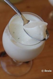 Mus kokosowo-limonkowy Składniki (na około 6-8 porcji, w zależności od użytych naczyń): 2 łyżeczki (8g) żelatyny 2 łyżki wody 1 puszka (400 ml) mleka kokosowego 2/3 szklanki (14...