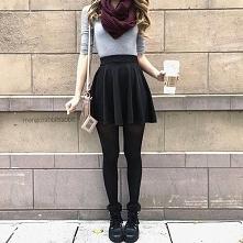 Stylizacja z szarą bluzką i czarną spódnicą