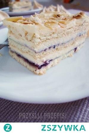 Pani Walewska na herbatnikach, bez pieczenia  Czas przygotowania: 60 min. | kategoria: ciasta i desery Ciasto wykonane na herbatnikach nie różni się zbytnio od tego z pieczonymi blatami. Jest ono równie smaczne jak oryginał, a przecież nie wymaga nawet włączenia piekarnika. Przepis na krem znalazłam na mojewypieki.pl , a inspiracją był przepis zjemto.blox.pl :) Pani Walewska na herbatnikach Pani Walewska / Pychotka (bez pieczenia) Pani Walewska (bez pieczenia) Składniki Składniki: (na małą blachę 24x20 cm) Krem: 2 żółtka 500 ml mleka 3 łyżki cukru 3 łyżki maki pszennej 2 łyżki mąki ziemniaczanej 200 g masła 1 opakowanie cukru migdałowego (16g) Dodatkowo: Opakowanie herbatników maślanych (240 g) kilka łyżek dżemu porzeczkowego garść płatków migdałów kilkanaście sztuk kruchych bez Sposób przygotowania 1. Jedną szklankę mleka gotujemy z cukrami. Drugą miksujemy z żółtkami i mąką tak jak na budyń, a następnie dodajemy do gotującego się mleka. Budyń powinien być dość gęsty. Odstawiamy i wierzch przykrywamy folią aluminiową. 2. Miękkie masło ucieramy mikserem na puch. Następnie dodajemy po łyżce ostudzony budyń ciągle miksując aż otrzymamy masę o jednolitej konsystencji. 3 łyżki masy odkładamy do miseczki. 3. Dno blaszki wykładamy herbatnikami jeden obok drugiego. Następnie ciastka smarujemy cienko dżemem porzeczkowym. Masę dzielimy na 2 części. Pierwszą część wykładamy równo na herbatniki z dżemem. Kolejno układamy drugą warstwę herbatników, ponownie smarujemy je dżemem i znów równo smarujemy masą. Na masę kładziemy ostatnią warstwą ciastek którą smarujemy odłożoną do miseczki masą.Formę z ciastem wstawiamy na kilka godzin do lodówki, a najlepiej na całą noc. 4. Kolejnego dnia płatki migdałów wsypujemy na suchą patelnię i podgrzewamy na złoty kolor. Migdały studzimy i dodajemy do nich kruszone bezy. Mieszanką posypujemy wierzch ciasta. Rady Bezy kruszymy przed samym podaniem ponieważ szybko chłoną wilgoć i stają się miękkie i ciągnące.