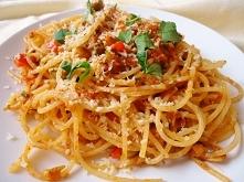 Składniki - 50 dag makaronu spaghetti, - duża cukinia, - 1 strąk czerwonej pa...