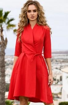 Style S099 sukienka czerwona Efektowna sukienka o kobiecym fasonie, wykonana została z jednolitej dzianiny, przód zakładany z dopasowaną górą