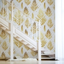 Liście złotej paproci na ścianie - subtelne i bardzo eleganckie dopełnienie aranżacji (fototapeta: Myloview)