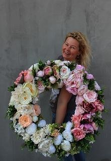 wianek ze sztucznych kwiató...