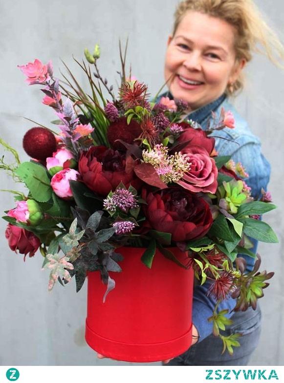 flower box z czerwonymi i bordowymi kwiatami od tenDOM.pl