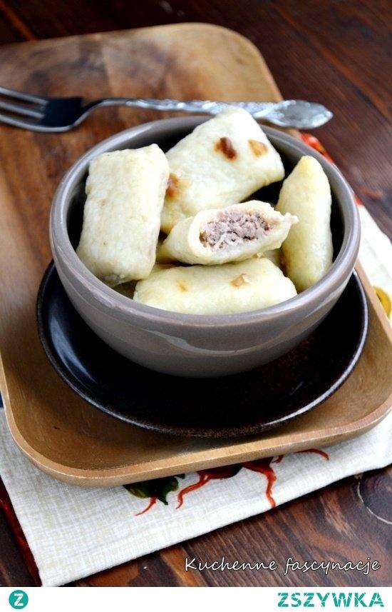 Byczki  Składniki na ciasto : ( na ok 60 sztuk )  1,5 kg ziemniaków około 500 g mąki pszennej 3 łyżki mąki ziemniaczanej 2 jajka 1 łyżeczka soli Farsz : ( najlepiej przygotować dzień wcześniej lub wykorzystać mięso i warzywa z niedzielnego rosołu )  500 g wołowiny 3 spore ćwiartki z kurczaka warzywa jak na rosół ( seler, marchew, pietruszka, por , cebula) ziele angielskie liść laurowy sól, pieprz Mięso wraz z pozostałymi składnikami na farsz umieszczamy w jednym garnku. Zalewamy wodą, gotujemy rosół. Odstawiamy do ostygnięcia. Udka obieramy z mięsa i przekładamy wraz z wołowiną, jedną marchewką i jedną pietruszką do malaksera. Miksujemy całość na niemalże jednolitą masę. Jeśli nie macie malaksera można całość przepuścić przez maszynkę do mięsa. Do masy dolewamy około 1/2 szklanki bulionu, stopniowo, cały czas mieszając masa nie powinna być zbyt sucha ale tez zbyt mokra. W miarę potrzeby można dolać go więcej. Doprawiamy do smaku. Odstawiamy.  Ziemniaki gotujemy w osolonej wodzie, studzimy, przepuszczamy przez praskę. Dodajemy pozostałe składniki ciasta i wyrabiamy aż będzie gładkie.  Na podsypany spora ilością blat wykładamy część ciasta. Wałkujemy na grubość ok 4-5 mm i dzielimy na niewielkie kwadraty lub prostokąty. Na każdy kawałek nakładamy farsz, składamy na pół i tak jak w przypadku pierogów sklejamy boki.  Gotowe byczki gotujemy partiami w osolonym wrzątku około 2-3 minut po wypłynięciu na wierzch. Podajemy z podsmażoną cebulką, skwarkami lub odsmażane na patelni.  * Oryginalny farsz to 450 g ugotowanego mięsa wieprzowego lub drobiowego. 450 g podsmażonych pieczarek. Jedna duża cebula wcześniej również podsmażona na złoty kolor. Wszystkie składniki należy przekręcić przez maszynkę lub zmiksować. Doprawić solą, pieprzem.