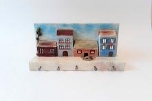 Oryginalny wieszak z uroczymi domkami wykonany z litego drewna z wielką dbałością o szczegóły. Pomalowany farbami akrylowymi, pastelami i polakierowany lakierem akrylowym o bard...