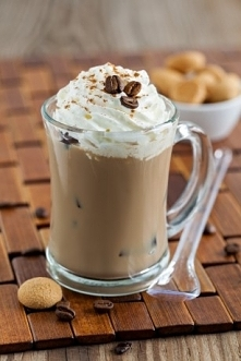 SKŁADNIKI 3 łyżeczki kawy rozpuszczalnej Jacobs 100 ml wody 2 gałki lodów czekoladowych szczypta gałki muszkatołowej szczypta imbiru w proszku cukier wg uznania bita śmietana ko...