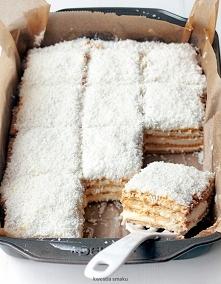 Ciasto Raffaello 600 g herbatników maślanych (z ząbkami) 200 g masła (miękkiego) 150 g wiórków kokosowych Budyń 1 litr mleka 3 łyżki mąki pszennej 3 łyżki mąki ziemniaczanej 1 s...