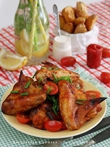Pikantne skrzydełka w marynacie miodowo-ketchupowej, z pieczonymi ziemniakami i sosem czosnkowym - w wersji mniej kalorycznej i tradycyjnej.