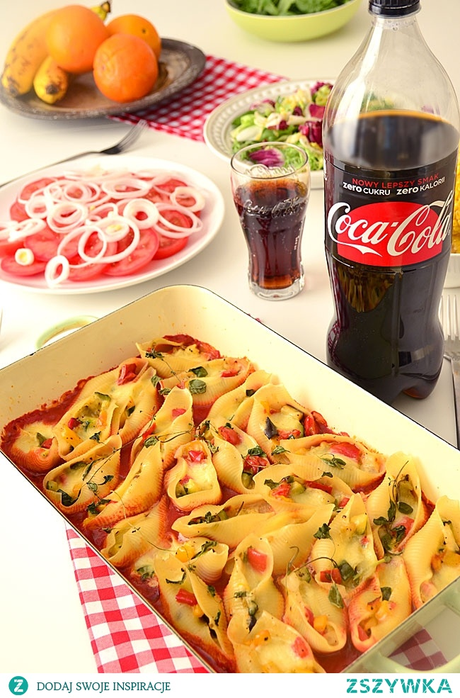 Muszle makaronowe zapiekane z pieczonymi warzywami w sosie pomidorowym