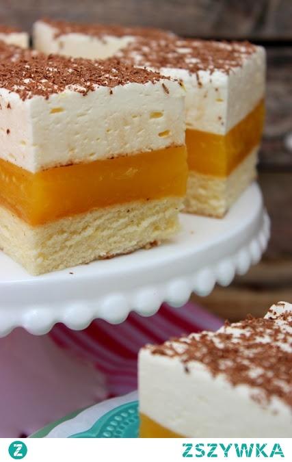 Lambada Składniki na biszkopt: 90 g mąki pszennej 45 g mąki ziemniaczanej 4 jajka, odseparowane białka od żółtek 210 g cukru 60 ml (4 łyżki) soku z pomarańczy Piekarnik rozgrzewamy do 170 °C. Dno blaszki o bokach 24 x 33 cm wykładamy papierem do pieczenia. Mąkę pszenną i mąkę ziemniaczaną przesiewamy. Białka ubijamy na sztywną pianę. Ciągle miksując dodajemy partiami cukier a następnie żółtka. Na końcu dodajemy przesianą mąkę i sok pomarańczowy. Delikatnie mieszamy. Przelewamy do formy. Wyrównujemy pieczemy około 25 minut na złoty kolor. Do tzw suchego patyczka. Studzimy w formie. Zimny biszkopt oddzielamy ostrym nożykiem od brzegów formy. Składniki na masę pomarańczową: 1 litr soku z pomarańczy 110 g cukru 2 budynie waniliowe lub śmietankowe Odlewamy pół szklanki soku resztę umieszczamy w garnuszku, dodajemy cukier i podgrzewamy. Do odlanego soku dodajemy budyń i mieszamy. Gdy sok zacznie się gotować wlewamy rozpuszczony budyń i energicznie mieszamy aby nie powstały grudki. Gorący budyń przelewamy na zimny biszkopt. Odstawiamy do ostygnięcia. Składniki na piankę śmietankową: 125 ml mleka 1 łyżka żelatyny 500 ml śmietanki kremówki 3 łyżki cukru pudru Dodatkowo: starta czekolada Mleko podgrzewamy. Do gorącego mleka dodajemy żelatynę. Rozpuszczamy. Odstawiamy do ostygnięcia. Śmietankę ubijamy z cukrem na puszysty krem. Następnie dodajemy mleko z żelatyna. Masę wykładamy na masę pomarańczową. Ciasto wkładamy do lodówki na minimum 2-3 godziny. Wierzch posypujemy startą czekoladą.