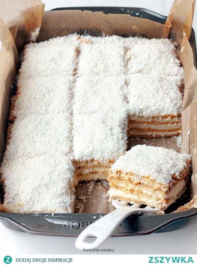 Ciasto Raffaello        600 g herbatników maślanych (z ząbkami)     200 g masła (miękkiego)     150 g wiórków kokosowych  Budyń      1 litr mleka     3 łyżki mąki pszennej     3 łyżki mąki ziemniaczanej     1 szklanka cukru     1 cukier waniliowy     2 żółtka  Opcjonalnie      2 łyżki likieru kokosowego, 2 łyżki likieru amaretto  Dodaj notatkę Przygotowanie Budyń      Odlać 1 i 1/2 szklanki mleka i dokładnie wymieszać je (np. rózgą) z mąką pszenną i ziemniaczaną, cukrem, cukrem wanilinowym, żółtkami oraz likierami jeśli ich używamy.     Resztę mleka zagotować (dokładnie, aż zacznie kipieć), następnie wlewać do niego mieszankę mleka, mąki i żółtek, jednocześnie energicznie mieszając. Zagotować co chwilę mieszając.     Po zagotowaniu gotowy budyń odstawić z ognia, przelać do czystej miski i całkowicie ostudzić (na wierzch można położyć folię spożywczą aby nie zrobił się kożuch).  Krem budyniowy      Miękkie masło ubijać przez ok. 3 minuty aż się napuszy, następnie stopniowo, w krótkich odstępach czasu, dodawać budyń ciągle ubijając.  Przełożenie      Formę o wymiarach 20 x 30 cm wysmarować masłem i wyłożyć papierem do pieczenia. Układać warstwami na przemian herbatniki i krem budyniowy, otrzymując 4 takie warstwy, na wierzchu ma być warstwa kremu. Posypać wiórkami i schłodzić bez przykrycia.