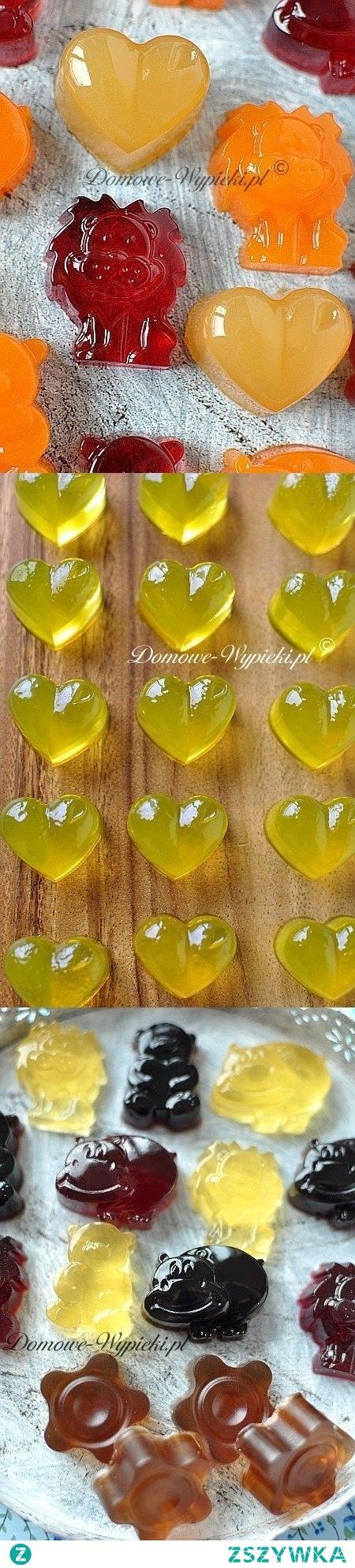 Domowe żelki  Żelki z soku owocowego  Składniki:  100ml dowolnego soku owocowego 6 łyżeczek żelatyny w proszku (lub 8 listków żelatyny) 1- 2 łyżki soku z cytryny 1 łyżka cukru (mniej lub więcej do smaku)  Sposób przygotowania:  Żelatynę wsypać do niedużego garnka. Zalać sokiem owocowym i pozostawić na 5- 10min, do napęcznienia. Gdy żelatyna napęcznieje, dodać sok z cytryny i podgrzewać mieszając, aż żelatyna się rozpuści. Dosłodzić do smaku i wymieszać, aby cukier się rozpuścił. Płyn rozlać do formy silikonowej na pralinki, pozostawić do ostygnięcia, a następnie wstawić formę do lodówki na co najmniej 1 godz. (a najlepiej parę godzin), aż płyn dobrze stężeje.  elki z syropu owocowego  Składniki:  50ml syropu owocowego 50ml wody 6 łyżeczek żelatyny w proszku (lub 8 listków żelatyny) 1- 2 łyżki soku z cytryny  Sposób przygotowania:  Żelatynę wsypać do niedużego garnka. Zalać zimną wodą i pozostawić na 5- 10min, do napęcznienia. Gdy żelatyna napęcznieje, podgrzewać mieszając, aż żelatyna się rozpuści. W drugim garnuszku podgrzać syrop z sokiem z cytryny. Gorący syrop połączyć z rozpuszczoną żelatyną. Płyn rozlać do formy silikonowej na pralinki, pozostawić do ostygnięcia, a następnie wstawić formę do lodówki na co najmniej 1 godz. (a najlepiej parę godzin), aż płyn dobrze stężeje.  Żelki herbaciane  Składniki:  100ml zaparzonej czarnej herbaty 2 łyżki soku z cytryny 1 łyżka cukru 6 łyżeczek żelatyny w proszku (lub 8 listków żelatyny)  Sposób przygotowania:  Herbatę wymieszać z cukrem i sokiem z cytryny. Ostudzić. Żelatynę wsypać do niedużego garnka. Zalać zimną herbatą i pozostawić na 5- 10min, do napęcznienia. Gdy żelatyna napęcznieje, podgrzewać mieszając, aż żelatyna się rozpuści. Płyn rozlać do formy silikonowej na pralinki, pozostawić do ostygnięcia, a następnie wstawić formę do lodówki na co najmniej 1 godz. (a najlepiej parę godzin), aż płyn dobrze stężeje.  Żelki colowe  Składniki:  100ml odgazowanej coca- coli 1 łyżka cukru 6 łyżeczek żelatyny w proszku (lub 8