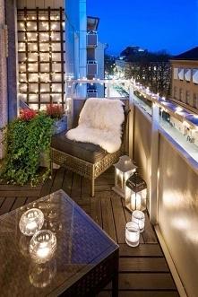 Wystarczy fajnie oświetlić i nawet zwykły balkon może stać się  romantycznym ...