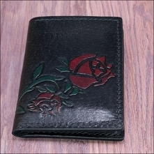Czarny cardholder z motywem róży.
