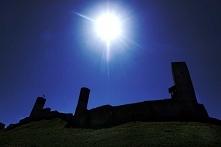 Zamek w Chęcinach jest położony na wzgórzu o wysokości 367m.n.p.m. Z góry rozciąga się piękny widok. Tutaj mieszkała królowa Bona ze swoimi skarbami. Kiedy opuszczała zamek kosz...