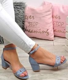 Sandały w lekkim, niebieskim kolorze- świetne na upalne dni.