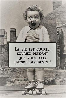 To prawda<3 ja bym przetłumaczyła: Życie jest krótkie, uśmiechaj się dopók...