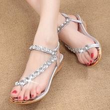 Damskie sandałki na małym koturnie z pięknymi, eleganckimi kryształami. Idealne do noszenia na co dzień, jak i na imprezę czy jako buty na wesele. Kliknij w zdjęcie i zobacz, gd...