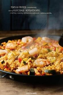 Paella z kurczakiem, warzywami (cukinią i papryką) oraz krewetkami  Skła...