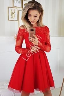 Czerwona sukienka z dekoltem typu carmen, z rozkloszowaną spódnicą. Sukienka ...