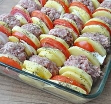 Kotleciki mielone zapiekane z ziemniakami pod pomidorową