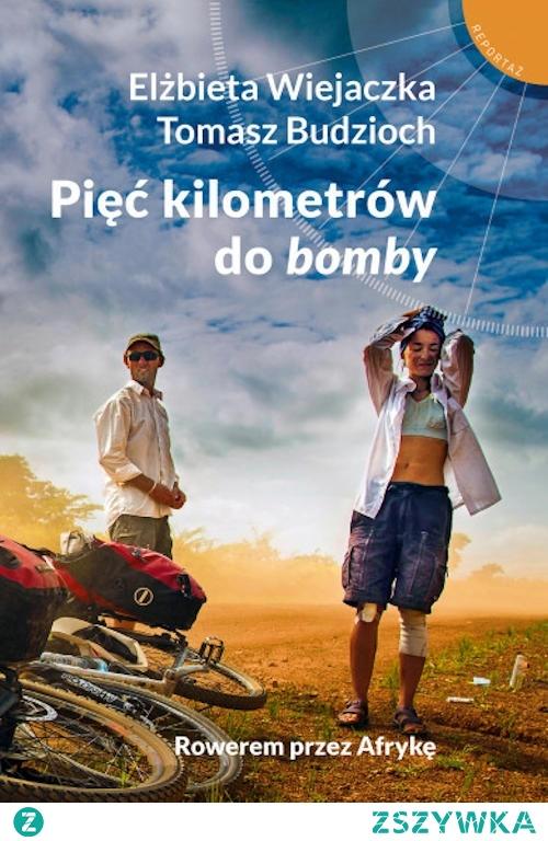 """""""Pięć kilometrów do bomby"""" to relacja z niezwykłej – rowerowej – podróży poślubnej autorów po Afryce. Droga wiodąca przez jedenaście krajów pełna była niezwykłych przygód. Elżbieta i Tomasz dzielą się nimi z czytelnikami. Książka jest równocześnie interesującym reportażem o Afryce, pozwalającym lepiej zrozumieć Czarny Ląd."""