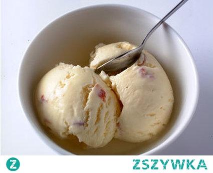 Jak zrobić lody z jajek?  Tradycyjne lody z jajek są rewelacyjne i nijak się nie mają do lodów kupionych w sklepie. Niestety niewiele lodziarni oferuje lody tradycyjne, więc jeśli chcemy poczuć raj w ustach, to musimy zrobić te lody sami w domu.    4 duże jajka * 1 i 1/5 szklanki cukru (tj 24 dag lub tj 20 łyżek cukru) * 600 ml śmietanki kremówki 36% * 2 łyżki przegotowanej ciepłej wody 1 Białka ubijamy, dodajemy cukier i znów ubijamy. 2 W innej miseczce ubijamy śmietankę. 3 W kolejnej ubijamy żółtka z wodą i cukrem (robimy kogel mogel). 4 Teraz mieszamy zawartość trzech miseczek, nakrywamy pokrywką i wkładamy do zamrażalnika na dobę.