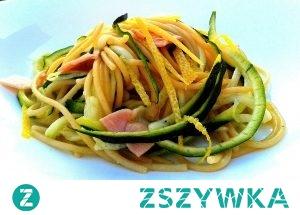 Spaghetti z cukinią, cytryną i pancettą     Opakowanie makaronu spaghetti2 nieduże cukinie  1 cytryna  100 gram pancetty lub wędzonego boczku  Oliwa z oliwek  Sól, pieprz  Makaron gotujemy zgodnie ze wskazówkami producenta.  Pancette lub wędzony boczek kroimy w paski i przesmażamy go na patelni. Cukinie myjemy i kroimy ja w pól talarki lub jeśli mamy temperówkę do warzyw robimy z niej spaghetti. Cytrynę wyparzamy, skórkę ścieramy na tarce.  Do przesmażonej pancetty dodajemy cukinię, skórkę z cytryny i sok z ½ cytryny i smażymy 1 minutę. Dodajemy odcedzony makaron, doprawiamy do smaku solą, pieprzem i skrapiamy całość oliwą z oliwek- serwujemy od razu, posypane startym parmezanem ; )