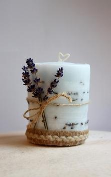 Jasnoniebieska świeczka z lawendą i jutową tasiemką utrzymana w stylu prowansalskim. Knot w kształcie serca - zdecydowanie chwyta za serce.  Na moim profilu znajdziesz również i...