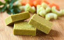 PRZEPIS NA DOMOWE KOSTKI ROSOŁOWE Wszystko czego potrzebujesz to: marchew – 300 g, seler – 100 g, pietruszka – 100 g, cebula – 100 g, por – 30 g, lubczyk – 1 łyżeczka, ziele ang...