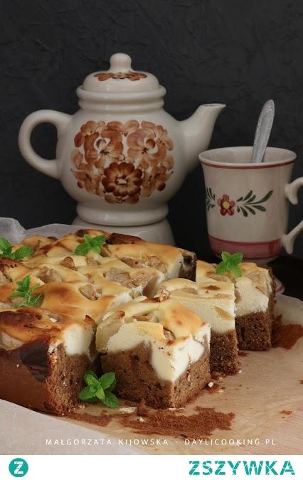 Kawowe ciasto z sernikiem i kawałkami jabłek