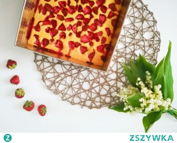 Przepis na szybkie i smaczne ciasto z owocami znajdziesz na blogu Minimalistic Girl.