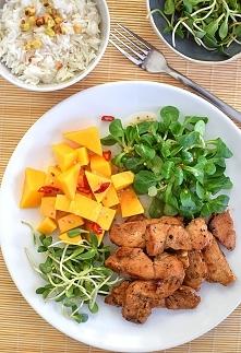 Sałatka nie mieszana z kurczakiem i mango