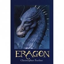 """Eragon - Christopher Paolini  Eragon – młody wiejski chłopak znajduje niebieski kamień i przynosi go do domu. Ale zanim udaje mu się sprzedać go handlarzowi, z """"kamienia"""" wykluw..."""