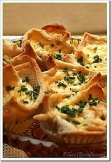 Crack'n egg 12 kromek chleba tostowego 6 łyżek majonezu 4 jajka 3 łyżki śmietany 200 g sera cheddar szczypiorek do posypania sól, pieprz Piekarnik nastawić na temp...