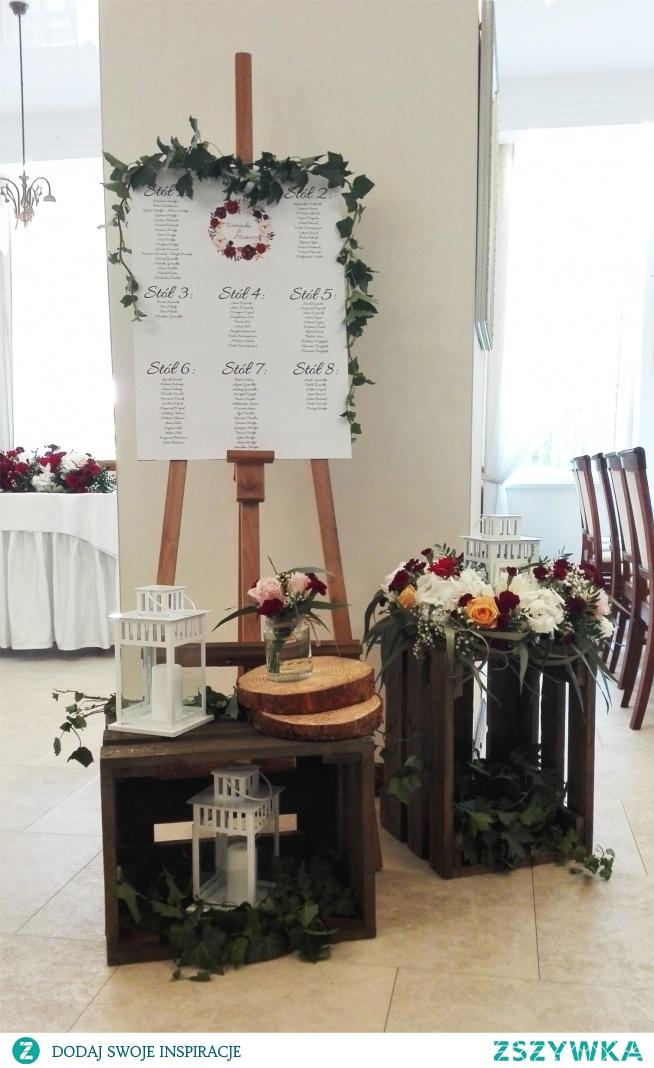 Rustykalny układ stołów weselnych w kolorze bordo