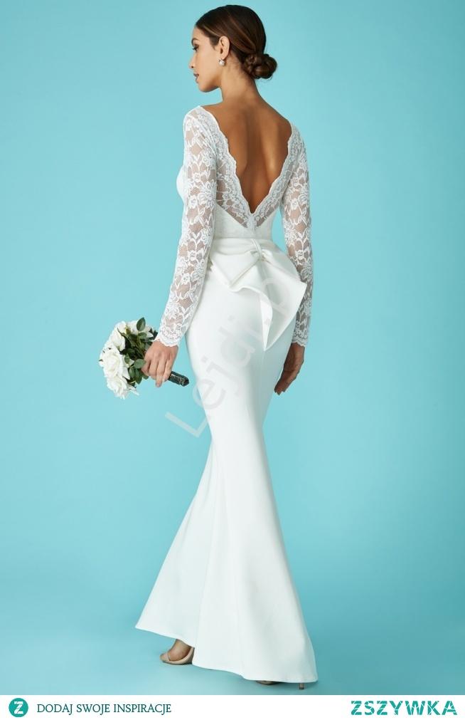 Długa suknia ślubna z koronką i piękną kokardą. Sukienka z śliczne wyeksponowanymi plecami.